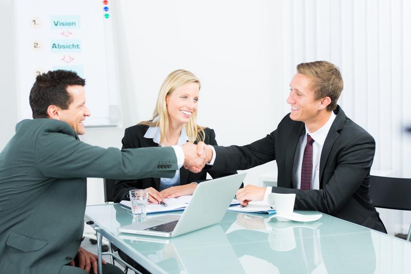 Verhandlung mit Handschlag