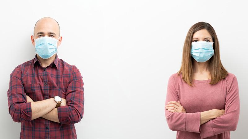 Zwei Seminarteilnehmer mit Maske