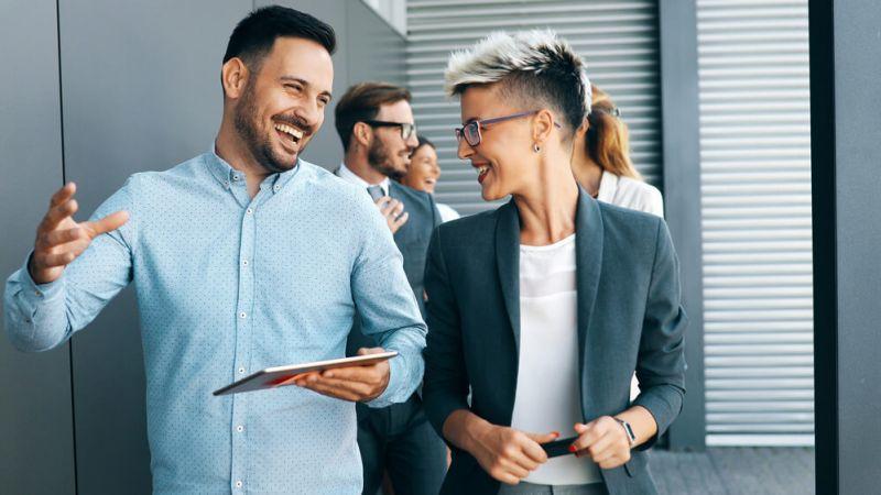 Führung und Gesundheit - zwei lachende Teammitglieder
